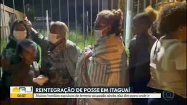 Muitas famílias expulsas de terreno em Itaguaí não tem para onde ir - Muitas famílias que viviam no terreno da Petrobras, em Itaguaí, ainda não sabem pra onde ir. Alguns desabrigados foram levados para escolas.