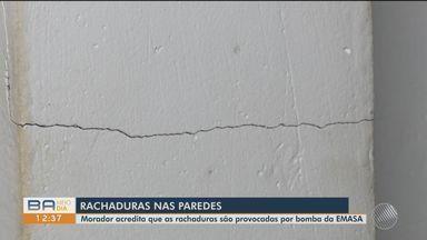 Moradores estão preocupados com rachaduras aparecendo nas casas em bairro de Itabuna - Um dos moradores acredita que uma bomba de água que passa no local pode estar provocando as rachaduras.