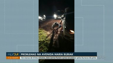 Motoristas reclamam das condições da Avenida Maria Bubiak - Em menos de trinta minutos, dois carros furaram os pneus ao passar pelos buracos da pista.