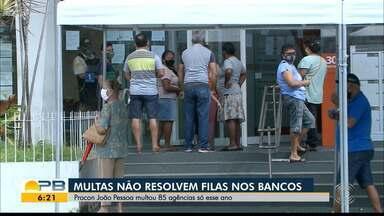 Pessoas que precisam dos serviços dos bancos esperam horas e horas pelo atendimento - Procon João Pessoa multou 85 agências só esse ano.