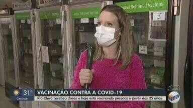 Rio Claro recebe mais doses contra Covid e vacina pessoas a partir dos 35 anos - Veja como está a imunização na cidade.