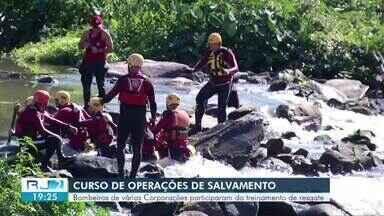 Bombeiros de vários batalhões participam de treinamento de resgate em Três Rios - Objetivo é preparar agentes para ações de resgate em casos de soterramento, enxurradas e inundações.