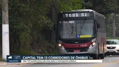Número de faixas para ônibus na capital paulista não atende todas as regiões - Levantamento da USP mostra que apenas 5% dos corredores de ônibus, que deveriam estar prontos em 2016, saíram do papel. A capital tem hoje 13 corredores de ônibus.