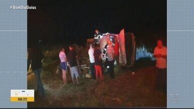 Motorista morre após carro sair da pista e capotar na GO-210, em Rio Verde - Ele ficou preso às ferragens.
