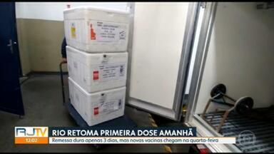 Vacinas chegam no RJ e capital retoma vacinação da primeira dose nesta quarta-feira (28) - Município do Rio recebeu cerca de 81 mil unidades destinadas à primeira dose, o que só dá para três dias de vacinação. Mas novas doses devem chegar na quarta-feira.