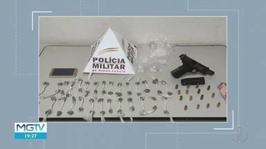 Homem é preso com buchas de maconha e pistola extraviada da PM em Januária - Uma equipe do Tático Móvel fazia uma operação de rotina quando flagrou o homem fugindo após jogar uma sacola por cima de um muro.