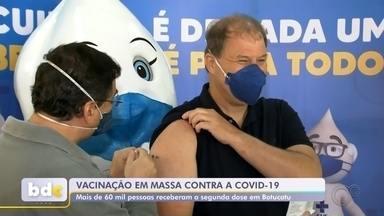 Botucatu aplica 2ª dose em quase 62 mil pessoas na vacinação em massa deste domingo - A vacinação em massa na cidade de Botucatu (SP), que faz parte da pesquisa sobre a efetividade da vacina Oxford/AstraZeneca, aplicou a segunda dose do imunizante em quase 62 mil pessoas neste domingo (8).