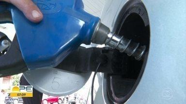 Preço da gasolina sofre novo aumento e pesa no bolso do consumidor - Reajuste nas refinarias foi de 3,3 %. O litro da gasolina passou de R$ 2,69 para R$ 2,78 e postos de combustíveis já repassam o aumento.