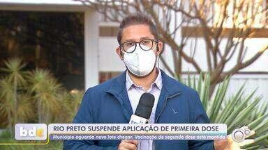 Rio Preto suspende aplicação da 1ª dose da vacina contra Covid por falta do imunizante - A Secretaria de Saúde de São José do Rio Preto (SP) suspendeu a aplicação da primeira dose da vacina contra a Covid-19 por falta do imunizante.