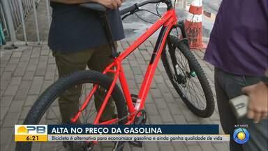 Bicicleta é alternativa para economizar gasolina e ainda ganhar qualidade de vida - Alguma pessoas estão indo trabalhar usando a bicicleta.