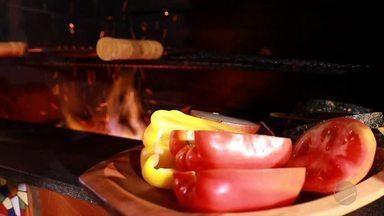 Churrasco de domingo: Aprenda como fazer um chorizo na grelha com legumes na brasa - Tiago Suíço ensina receita especial de churrasco.
