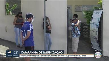 Prefeitura testa agendamento de vacinação contra a Covid-19 para pessoas de 30 anos em BH - A medida foi adotada após vários dias de fila na porta de postos de vacinação. Ontem também houve aglomeração de pessoas que esperavam pela imunização em Contagem.