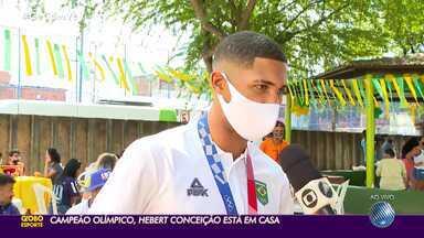 Hebert Conceição é recepcionado pela família e amigos no bairro de Pau da Lima - Boxeador chegou à Salvador, na manhã desta sexta-feira (13).