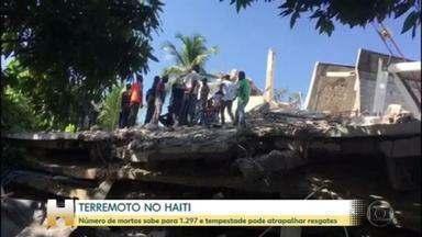Número de mortos em terremoto no Haiti passa de 1,2 mil - Subiu para 1.297 o número de mortos no terremoto no Haiti, no último fim de semana. A situação pode piorar por causa de uma depressão tropical. Na tempestade, os ventos são de aproximadamente 60 km/h. Eles devem atingir a população vulnerável e desprotegida, com risco de alagamentos e deslizamentos de terra.