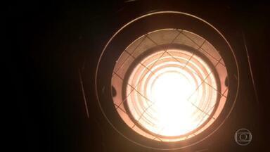 Conta de luz vai subir quase 7% a partir desta quarta (1º) - O governo anunciou a criação da bandeira tarifária de escassez hídrica no valor de R$ 14,20 a cada 100 kW/h. A nova taxa extra vai entrar no lugar da bandeira vermelha patamar dois e será quase 50% mais cara.