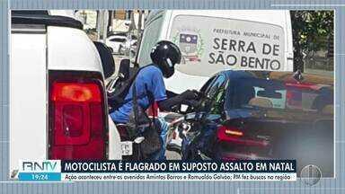 Motociclista é flagrado em suposto assalto em Natal - Motociclista é flagrado em suposto assalto em Natal