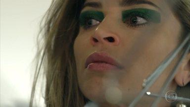 Larissa prepara uma armadilha para Angel - A modelo decide sabotar a entrada da colega
