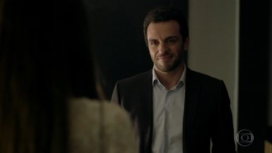 Angel vai ao encontro de Alexandre no hotel - A jovem fica apreensiva e pede para ir embora