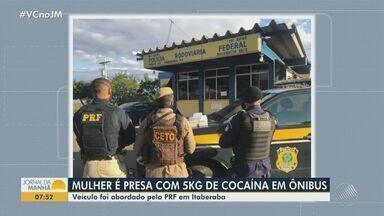 Mulher é presa após ser flagrada transportando drogas em ônibus no município de Itaberaba - Veículo foi abordado pela Polícia Rodoviária Federal que apreendeu cinco quilos de cocaína.