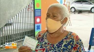 Idosos começam a receber doses de reforço contra a Covid-19 no Recife - Moradores com mais de 70 anos que tomaram a segunda dose há seis meses podem fazer o reforço
