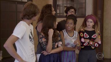 Todos veem o vídeo de Pedro cantando música da primeira vez com Karina - Edgar acaba contando para Lucrécia sobre promessa de Jade. Gael fica furioso ao ouvir a música