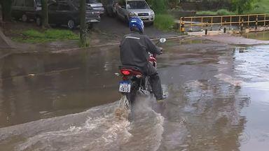 Chuva causa alagamentos em diferentes pontos de Porto Alegre - Arroio Sarandi transbordou, dificultando a passagem do trânsito no local.