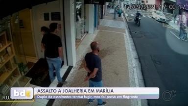 Vídeo mostra momento em que suspeito de assaltar joalheria é detido em Marília - Uma dupla foi presa suspeita de levar joias de uma joalheira na Rua Paes Leme, no Centro, em Marília (SP), na terça-feira (14). Um vídeo de câmara de circuito de segurança registrou o momento em que suspeito de assaltar joalheria é detido por populares.