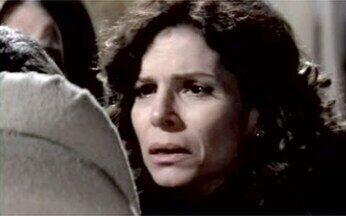 """Júlia encontra Raul """"morto"""" - Ela e Silvia ficam transtornadas com a suposta morte de Raul."""
