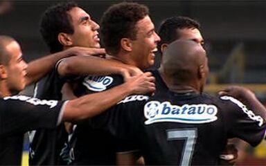 Golaço do Corinthians! Ronaldo dribla e toca por cima de Fábio Costa, aos 31 do 2º tempo