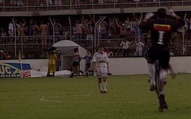 Em 1996, Marcelinho Carioca, do Corinthians, marca um golaço contra o Santos