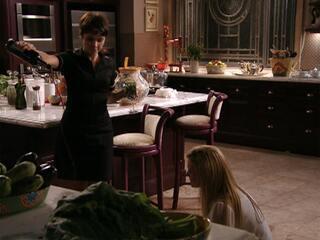 Nina derrama vinho no chão para Carminha limpar