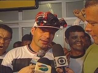 Em 2001, depois de se apresentar no Sport, Túlio Maravilha volta ao Santa Cruz