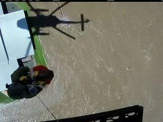 Helicóptero salva criança no meio de uma área inundada na Austrália