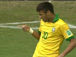 Gol do Brasil! Fred ajeita e Neymar chuta de primeira para abrir placar aos 2 do 1º tempo