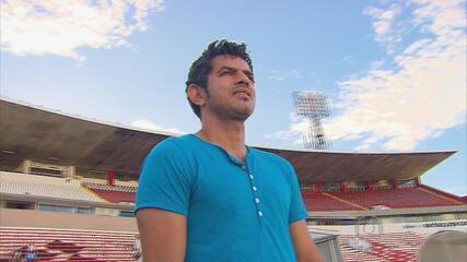 Ex-atacante Rinaldo visita o Arruda e aconselha Dênis Marques