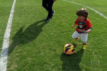 Conheça o pequeno Murilo, de dois anos, que virou atração no treino da Lusa