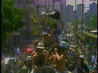 Delegação do Grêmio desfila no caminhão de bombeiros pelas ruas de Porto Alegre após o mundial