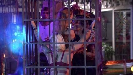 Aline beijou Vanessa e Clara na Festa Pirata do BBB14