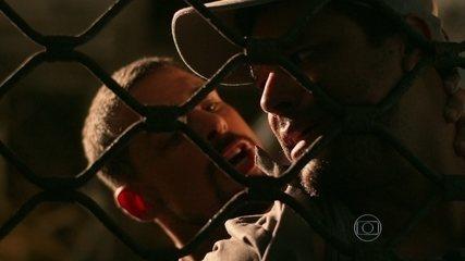 No fim da sequência, Juliana (Cauã Reymond) encurrala Solano, participação de Renan Monteiro