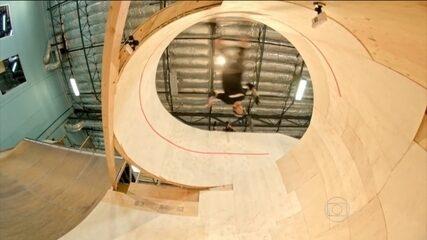 Lenda do skate, Tony Hawk supera gravidade e completa um looping horizontal