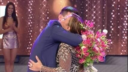 Radamés conta a história do casal e pede a atriz em casamento no palco do programa