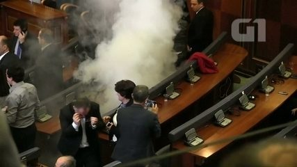 Sessão no parlamento é interrompida com gás lacrimogêneo em Kosovo