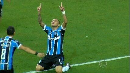 Grêmio faz dever de casa e goleia a LDU em casa por 4 a 0