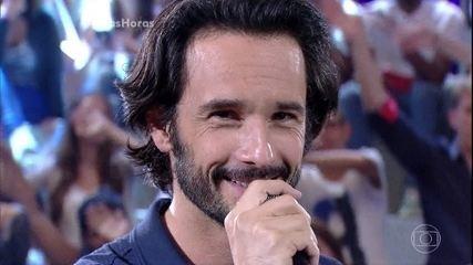 Rodrigo Santoro canta Love me tender