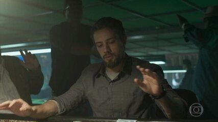 César vai a um bingo clandestino e acaba preso