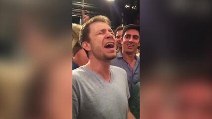 Leifert solta a voz ao som de Backstreet Boys (a trilha não faz parte da Vinheta)