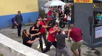 Homem saca arma durante briga em frente à Alerj