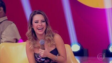 """Sandy canta """" Maria Chiquinha"""" de maneira inusitada"""