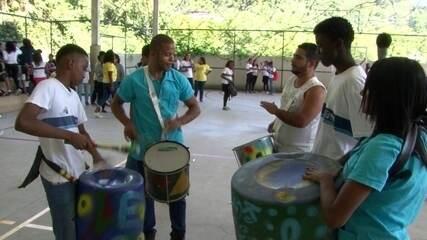 Projeto social cria instrumentos musicais com materiais recicláveis