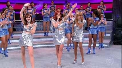 Empreguetes cantam 'Marias Brasileiras' no palco do Domingão